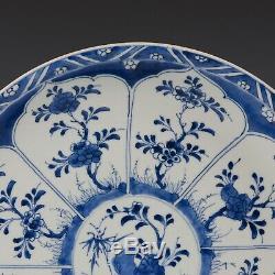 Beau Grand Chargeur Bleu Et Blanc Chinois, Fleurs, 18 Ct. Période Kangxi