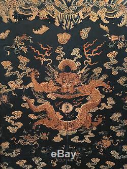 Écran De Salle À Trois Panneaux Brodé Avec Un Dragon En Soie Brodé Rare Et De Grande Dynastie Qing