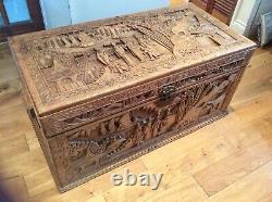 Extra Grand Chinois Camphor Wood Chest / Boîte À Couverture Avec Des Sculptures Abondantes