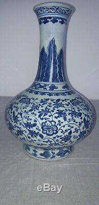 Grand Antique Bleu Chinois Et Vase Blanc. Kangxi. 1644.1722