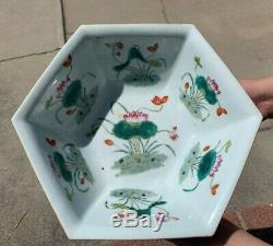 Grand Antique Chinois Famille Rose Porcelaine Plate Arc Avec Des Fleurs Et Lotus