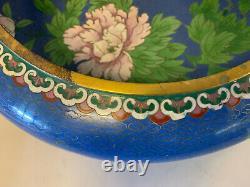 Grand Bol Chinois Antique De Cloisonne De Cru Avec La Décoration Florale Et De Papillon