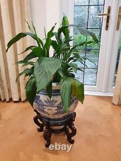 Grand Vase Victorien Bleu/blanc De Poterie Antique, Stand En Bois Et Usine