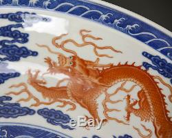 Grande Assiette De Chargeur De Porcelaine Antique Chinoise Qing Coral Dragon Bleu Et Blanc