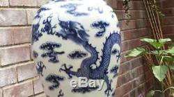 Grande Marque De Vase De Dragon Chinois Antique À La Base