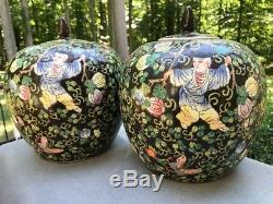 Grande Paire De Noir Chinois En Porcelaine Ginger Jars Avec Les Figures Du Couvercle Et Fleurs
