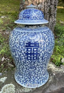 Large Antique Chinois Chenghua Mark Bleu Blanc Porcelaine Temple Jar Bonheur