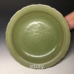 Le Chinois Longquan Celadon Sculpté Grand Chargeur De Grès Avec Le Plateau De Ming De Poissons