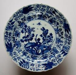 Un Bon Grand Plat En Porcelaine De Chine Kangxi Bleu Et Blanc