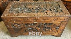 Un Grand Camphre Ancien Sculpté Poitrine Chinoise Sur Les Pieds Deracket 105 X 52 X 58 Cms