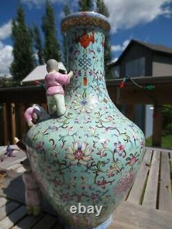 Un Grand Chinois Famille Rose Vase En Porcelaine Qianlong Mark