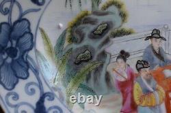 Un Grand Plateau De Porcelaine Chinoise Très Fine Avec Des Scènes Figuratives Du 20ème Siècle