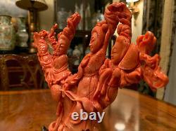 Un Superbe Grand Groupe Figural Chinois Sculpté De Corail Avec Le Stand De Bois De Rose