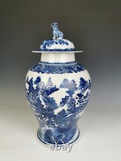 Vase De Porcelaine Bleu Et Blanc, Période Qianlong (18ème C)