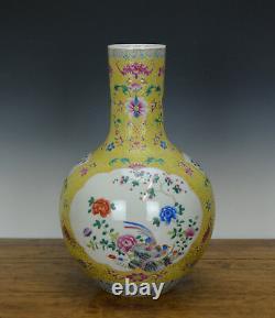 Vase De Porcelaine Peinte Au Sol Jaune De La Grande Famille Chinoise
